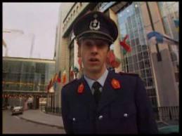 """Quel humoriste disparu trop tôt s'est fait connaître en parodiant l'émission belge de prévention routière """"Contact"""" ?"""