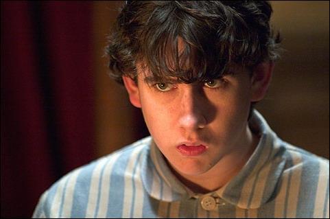 """Neville a subit un terrible sort qui l'empêche de parler, les seuls sons qui sortent de sa bouche sont des chiffres. Quand on lui demande qui lui a fait ça, il répond """"3181225"""". Qui est l'auteur de cette mauvaise plaisanterie ?"""