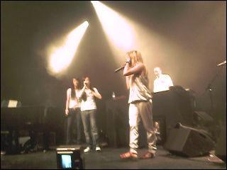 Qu'est-ce que Melissa M et Kenza Farah ont remis à Léa lors de son concert à la Cigale ?