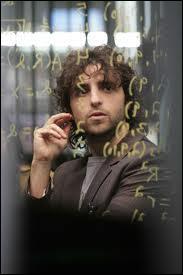 Votre prof de maths est complètement parano ! Il commence à vous accuser d'avoir commis un crime juste car vous avez fait une équation étrange. Il apparaît dans la série :