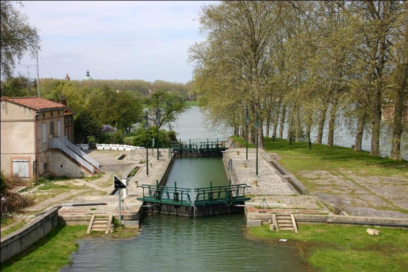 Installation qui sert à faire passer des bateaux avec un changement de niveau sur un canal ou un cours d'eau :