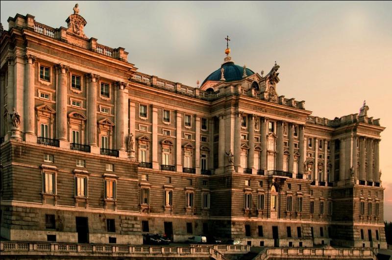 La capitale de l'Espagne est la troisième ville de l'Union européenne en nombre d'habitants. Elle abrite la plupart des institutions politiques du pays, dont le siège du gouvernement, du Parlement et le palais royal. C'est :