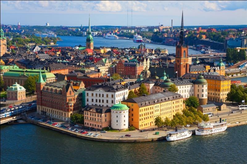 Située au bord de la mer Baltique, cette ville est construite en partie sur plusieurs îles. Comme toutes les communes suédoises, elle est dotée d'un parlement et d'un gouvernement. Quelle est cette capitale ?