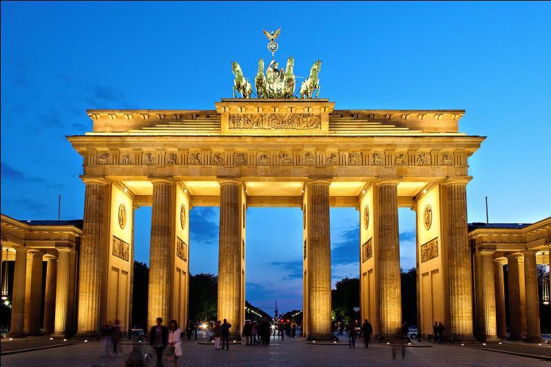 Autre pays fondateur, l'Allemagne vous présente la Porte de Brandebourg, à... ! Cette ville forme un land à part entière.