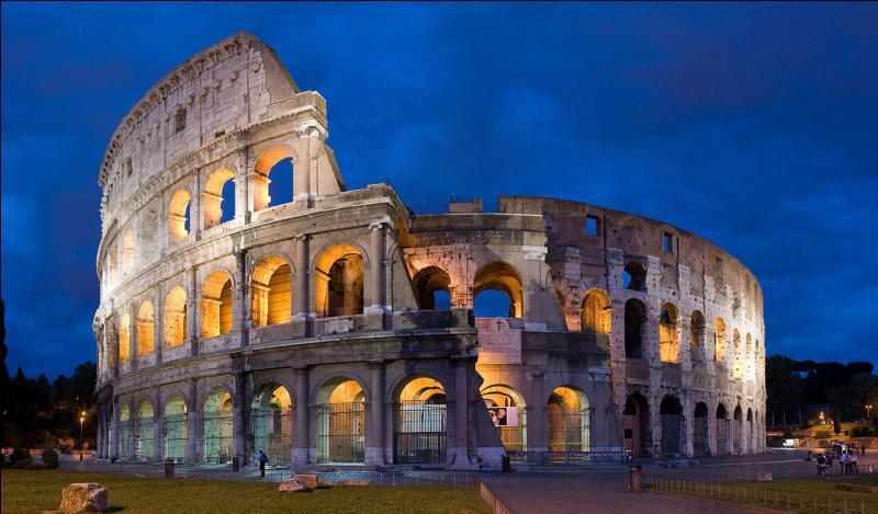 Arrêt dans la capitale italienne, devant le Colisée, immense amphithéâtre Flavien qui pouvait accueillir jusqu'à 75 000 spectateurs.Cette ville présente la particularité de contenir un État enclavé dans son territoire : la Cité du Vatican, dont le pape est le souverain.