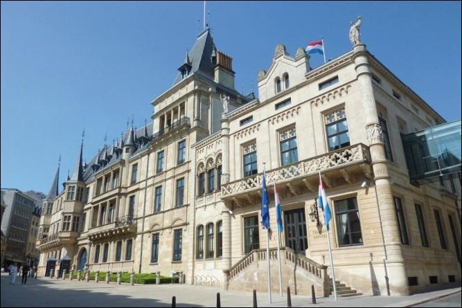 De mi-juillet à début de septembre, le palais grand-ducal, résidence en ville du chef d'État du Grand-Duché du Luxembourg depuis 1890, ouvre ses portes au public. Dans quelle ville se trouve-t-il ?