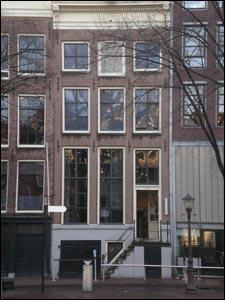 Entrez dans cette petite maison étroite des Pays-Bas. Chaque étape de la visite est ponctuée de citations extraites du Journal d'Anne Frank, retranscrites sur les murs. Cette maison habitée par Anne et sa famille, se trouve à...