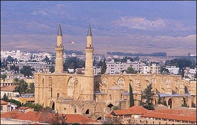 La capitale chypriote offre deux visages : un grec au Sud et un turc au Nord. Quelle est cette ville partagée par un mur semblable au mur de Berlin ?