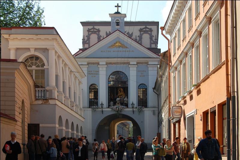 En Lituanie, allez voir la porte de l'Aurore, construite lorsqu'on a entouré la ville de murailles. Les Carmes ont installé une chapelle sous l'arc de la porte, à... ?