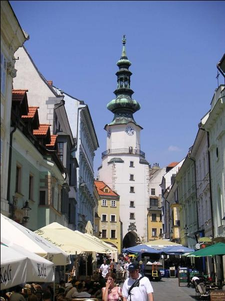 La porte de Michel est le dernier vestige des fortifications médiévales de Pressburg, capitale de la Slovaquie, connue sous le nom suivant :