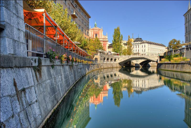Le Tromostovje (Trois ponts en slovène), en photo, est un des symboles de la capitale de la Slovénie. Les travaux ont été terminés en 1932 à...
