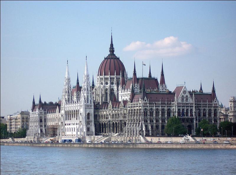 """Considérée comme l'une des plus belles villes d'Europe, la """"perle"""" du Danube est la capitale de la Hongrie. C'est :"""