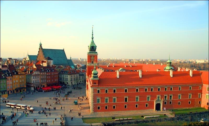 Connue comme la ville-phénix pour avoir réussi à renaître de ses cendres après la Seconde Guerre mondiale, située sur la Vistule, la capitale de la Pologne est la 8e plus grande ville de l'Union européenne.