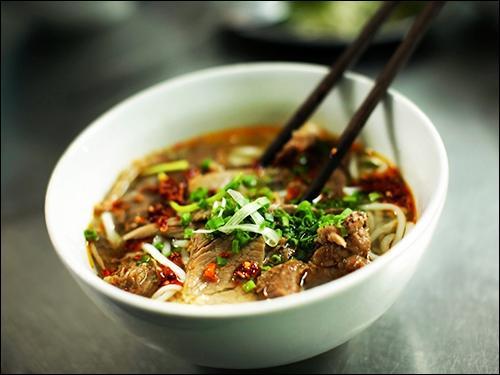 Comment se prononce, approximativement, le bouillon que l'on mange traditionnellement au Vietnam composé d'anis étoilée, de cannelle, de gingembre et d'oignons, de nouilles de riz, d'herbes, de soja frais et de tranches de bœuf ?