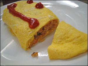 Du saumon grillé (yakijake), de l'éperlan grillé (shishamo), une salade de petits poissons (shirasu), du tofu et une omelette peuvent également apparaître. Comment nomme-t-on en japonais cette dernière ?