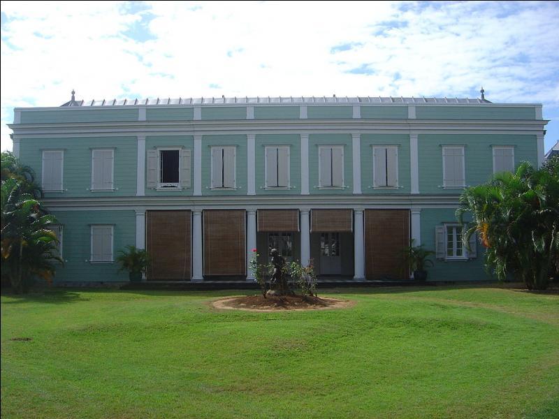 Dans quelle ville de La Réunion est située cette maison créole, la villa Déramond-Barre, construite dans l'actuelle rue de Paris ?
