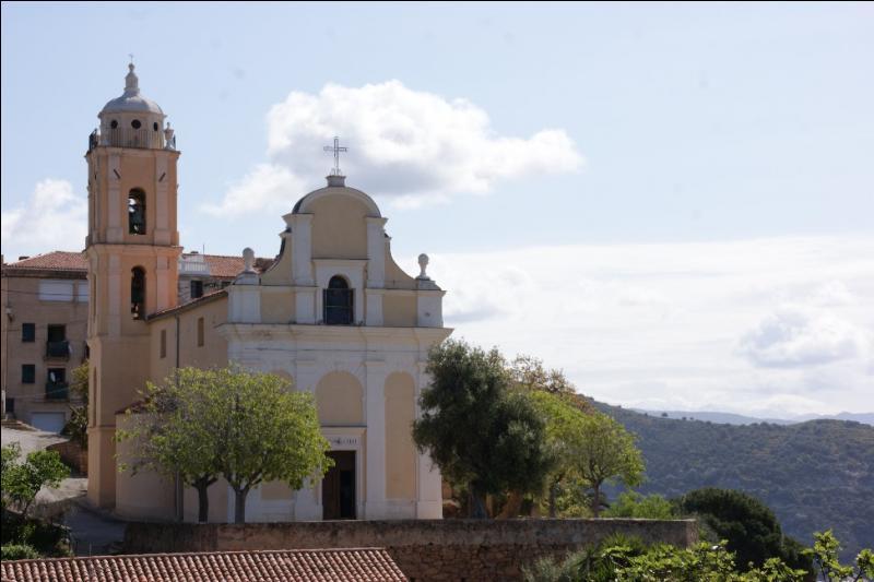 """L'église de l'Assomption dite """"latine"""", édifiée de 1822 à 1828, fait face à l'église grecque de cette ville de Corse-du-Sud, située sur la côte ouest de l'île."""