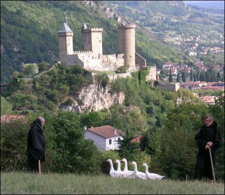 Cet ancien château-fort dressé sur un piton rocheux est renommé dans toute l'Ariège comme haut-lieu cathare. Quelle ville est évoquée par une comptine enfantine avec des rimes de mots homophones ? Lien pour l'entendre !