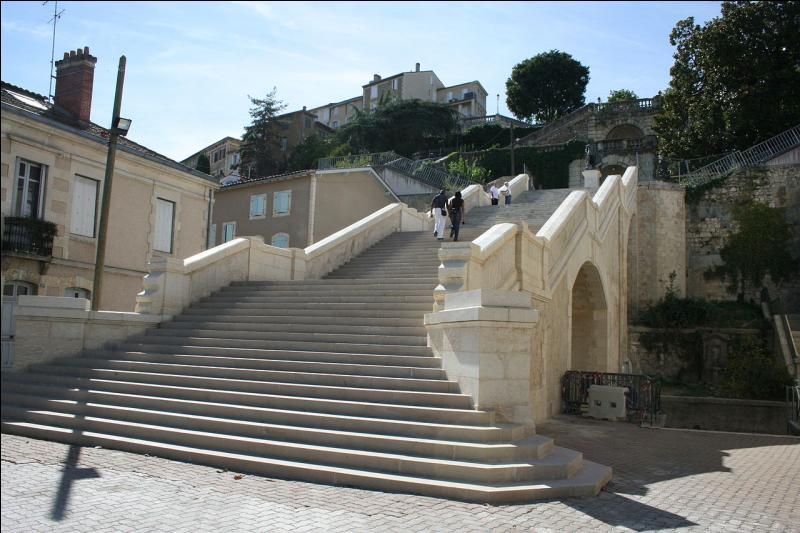 L'escalier monumental relie la ville haute à la ville basse, sur 35 mètres de dénivelé. Gravissez ses 374 marches, vous verrez d'Artagnan (statue de Charles de Batz) dans cette ville du Gers.