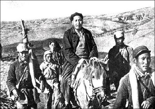 """Fin octobre, la """"Longue Marche"""" des communistes chinois s'achève après avoir parcouru 12 000 km en un an dans des conditions difficiles. Qui a mené ces marcheurs ?"""