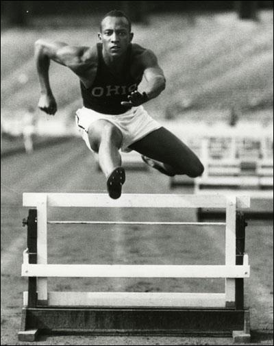 Quel athlète noir américain bat six records du monde en 45 minutes ?