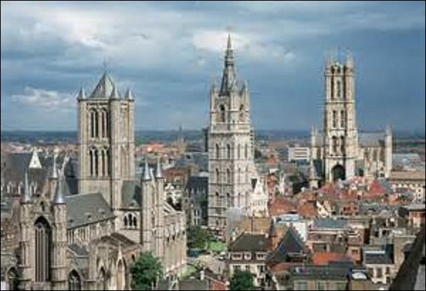 Novembre : Restons en Belgique. Le 13, les patriotes brabançons entrent dans une ville de la région flamande. Le peuple se soulève et se range du coté des révolutionnaires. Les troupes autrichiennes du général d'Arberg évacuent cette dernière dans la nuit du 16 au 17. Mais quel est le nom de cette ville qui fut, au Moyen Âge, l'une des plus grandes cités drapières ?