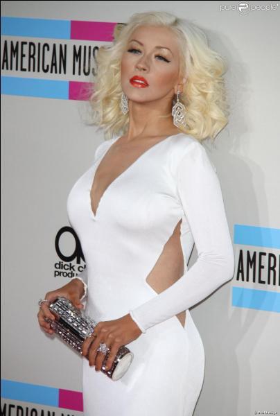 Christina Aguilera est une chanteuse internationale grâce à sa magnifique voix. Est-ce une vraie ou une fausse blonde ?