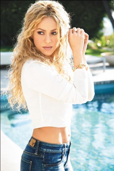 La bomba latina Shakira doit son succès à son beau déhanché. Est-ce une vraie ou fausse blonde ?