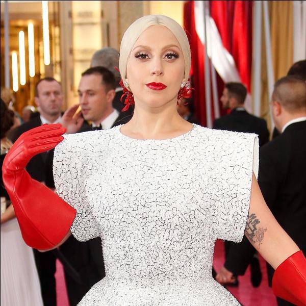 Lady Gaga est surtout connue grâce à ses tenues et coiffures déjantées. Est-ce une vraie ou une fausse blonde ?