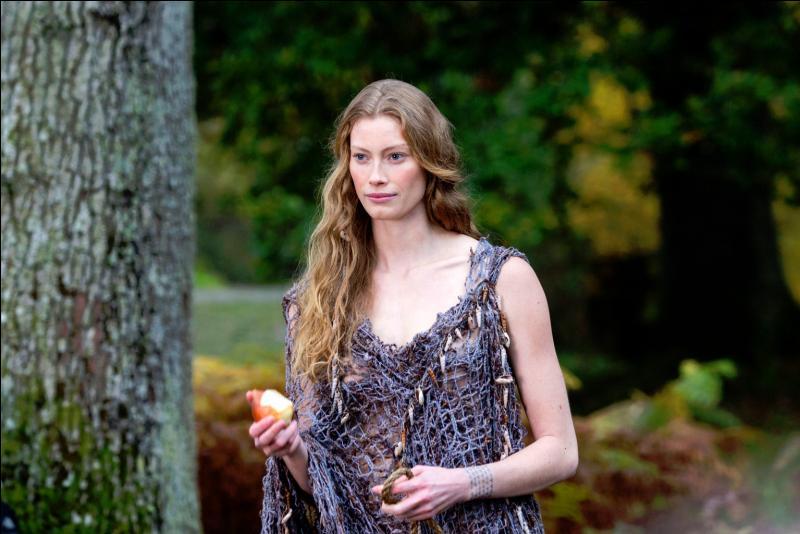 """Héroïne de la série """"Vikings"""", Alyssa Sutherland est la petite-fille de Donald Sutherland, et donc la fille de Kiefer Sutherland !"""