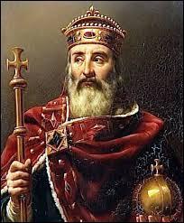 Quelle date correspond au couronnement de Charlemagne ?