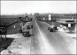 Dans quel pays a été construit la toute première autoroute ?