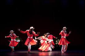 """Comment appelle-t-on la mise en scène de la culture malgache, grâce à des chants et danses, où les hommes portent des tuniques ou """"malabary"""" rouges et les femmes des robes orange, roses ou vertes avec du """"lamba"""" ?"""