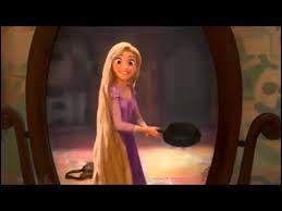 Que fait la princesse quand elle voit Flynn Rider pour la première fois ?