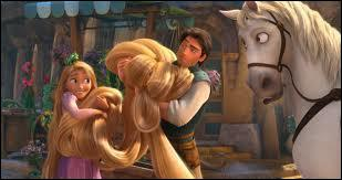 Arrivées au château, que faisaient les quatre petites filles avant de tresser les longs cheveux de la princesse ?