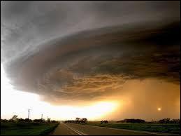 Comment s'appelle le puissant ouragan qui a fait plus de 1 800 victimes et des tonnes de dégâts matériels aux États-Unis en 2005 ?