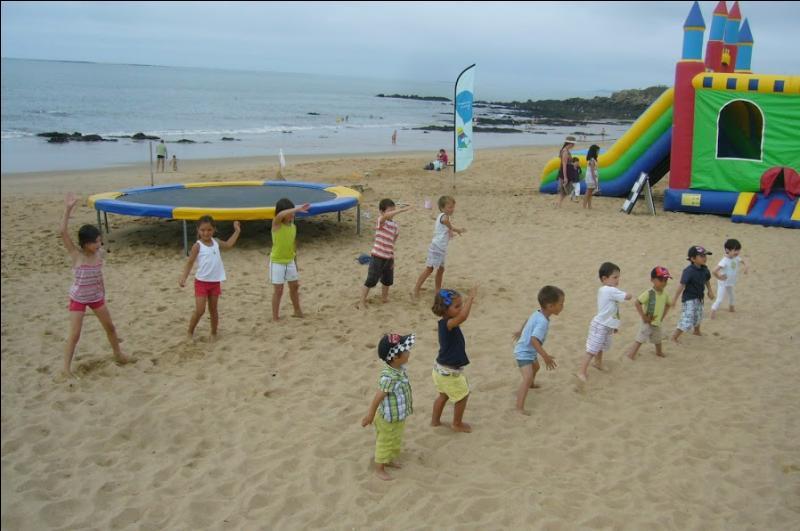 Les enfants ne sont pas dans un club de plage.