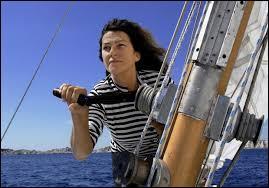 Florence Arthaud s'en est allée bien trop vite, dans un tragique accident survenu en mars 2015. Cette navigatrice reconnue mondialement a notamment remporté la Route du Rhum en 1990. Quel surnom avait-on attribué à cette grande dame ?