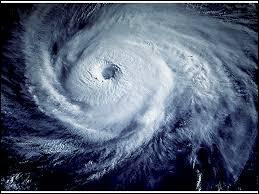 Un cyclone tropical est une très forte dépression qui prend forme dans les océans. Trouvez la proposition ne désignant pas un synonyme de ce phénomène météorologique :