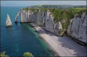 Quelle mer borde ces falaises calcaires, surprenantes par leur verticalité.