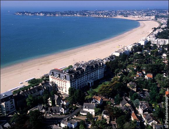 Le sable blanc et fin de cette plage de neuf kilomètres, subit les marées de...