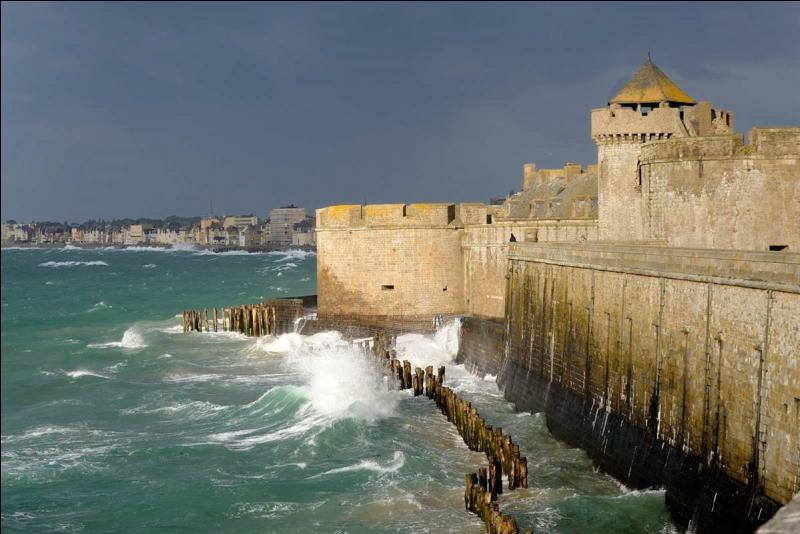 """En faisant le tour des remparts, promenade surnommée le """"tour des murs"""", de cette cité corsaire, vous avez vue sur..."""