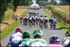 En cyclisme, quelle tactique consiste à décrocher un groupe de coureurs en accélérant tout en profitant d'un vent latéral ?