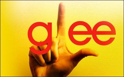 Que veulent dire les doigts dans le logo 'glee' ?