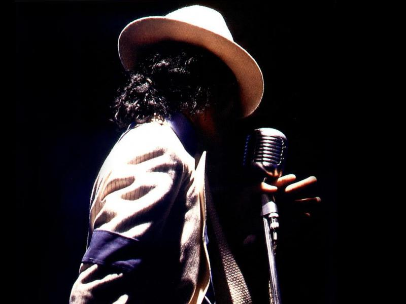 Pour commencer, de quelle couleur sont les chaussettes de Michael dans le clip ?