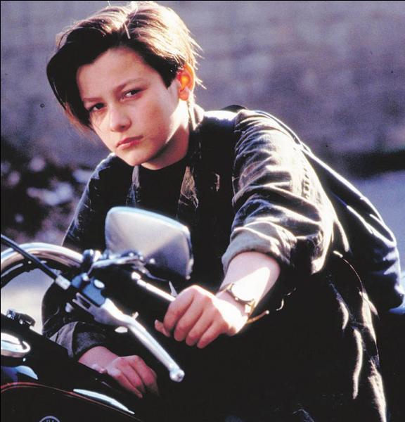 Quel jeune acteur est devenu immédiatement célèbre en interprétant John Connor enfant ?