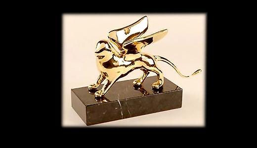 Avec quel félin revêtu d'or récompense-t-on les films à la Mostra de Venise ?