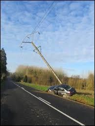 Une personne est victime d'un accident avec sa voiture et a sectionné un poteau électrique, ...