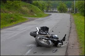Une personne a été victime d'un accident de moto, je dois en priorité...