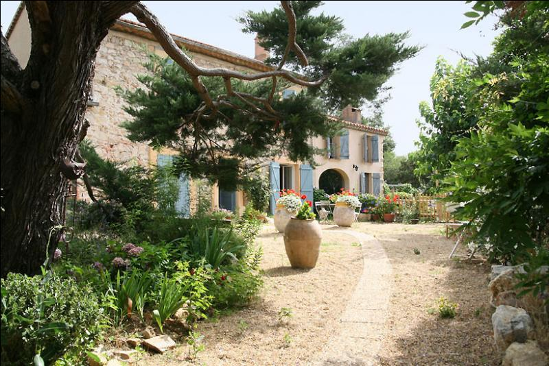 """La """"Venise provençale"""", cité lacustre implantée au cœur du golfe de Saint-Tropez, est située sur une commune médiévale du Var. Laquelle ?"""